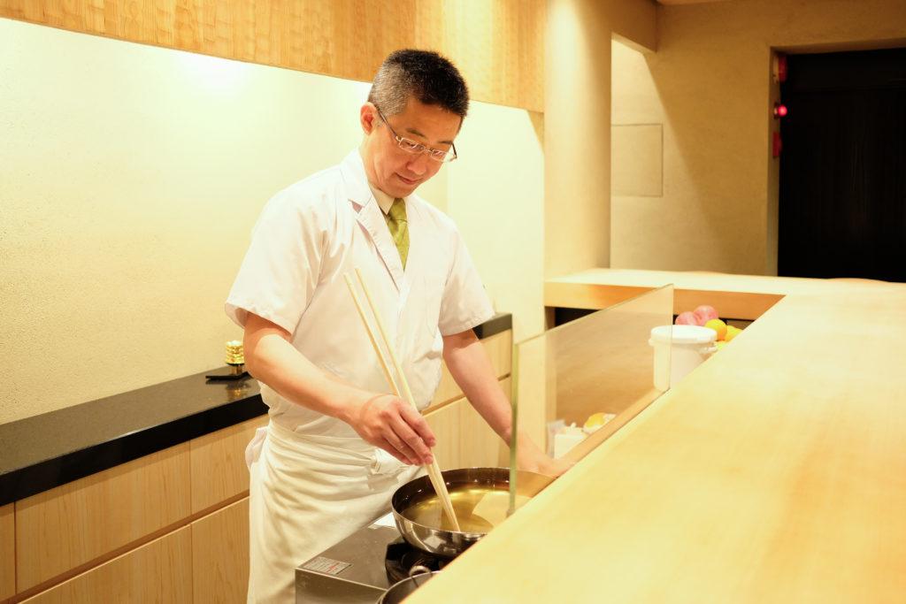 天ぷら 京星 厨房に立つ榊原俊徳
