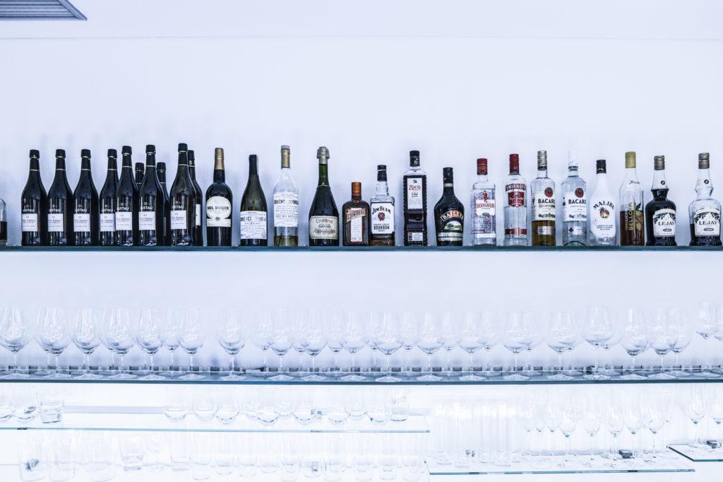 ZURRIOLA(スリオラ) ワインなどのお酒とワイングラスが並ぶ