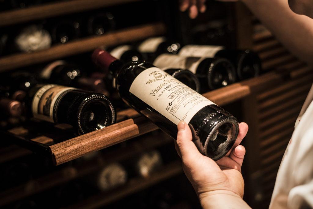 ZURRIOLA(スリオラ) ワインセラーからワインを選定する本多誠一