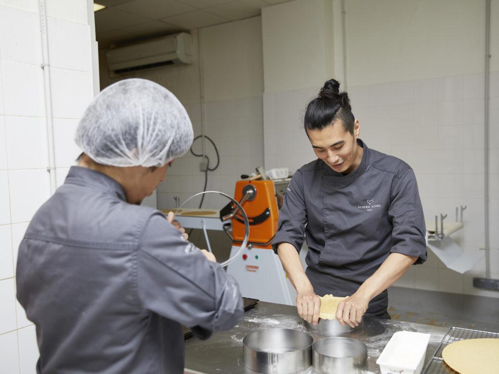 MORI YOSHIDA 吉田守秀 厨房にて