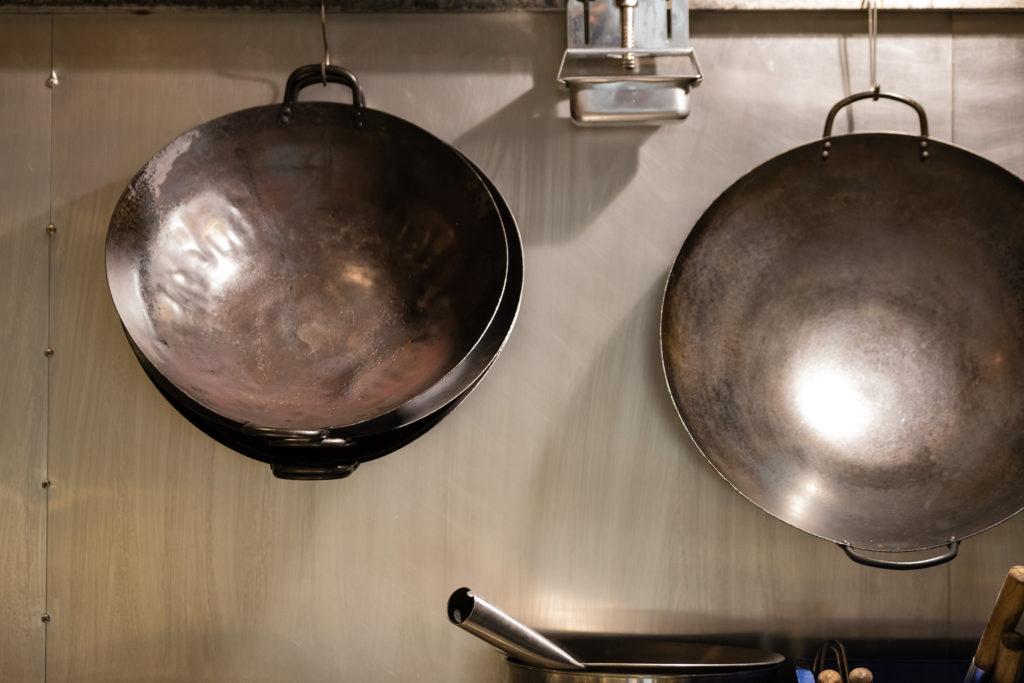 中国菜 エスサワダ 厨房にある二種類の中華鍋