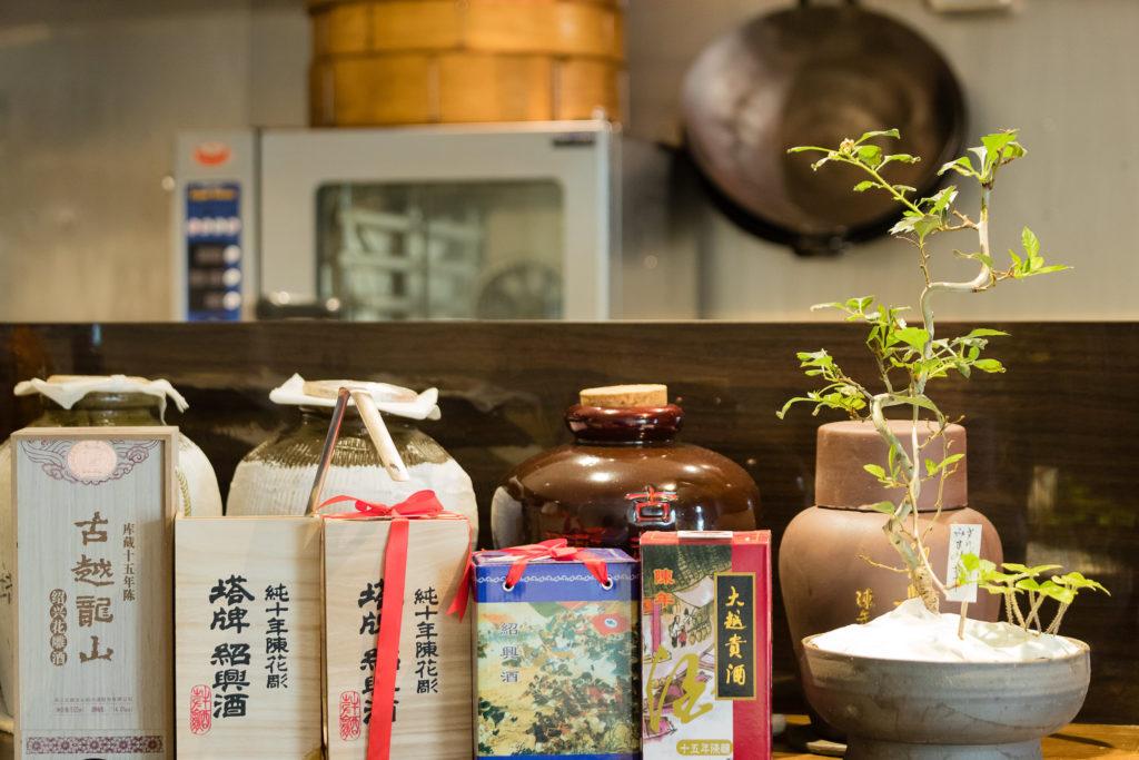 中国菜 エスサワダ 中国のお酒が並んでいる