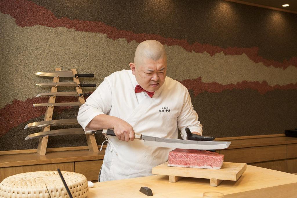 照寿司 上質な肉に包丁を入れる渡邉貴義氏