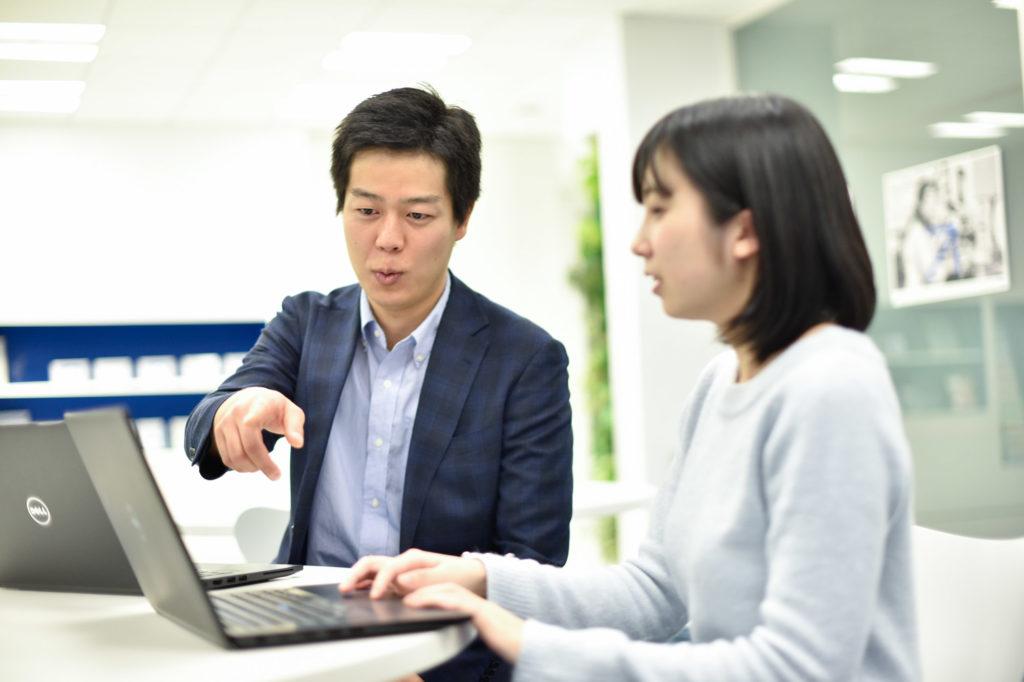 弥生株式会社の商品開発者の指導シーン