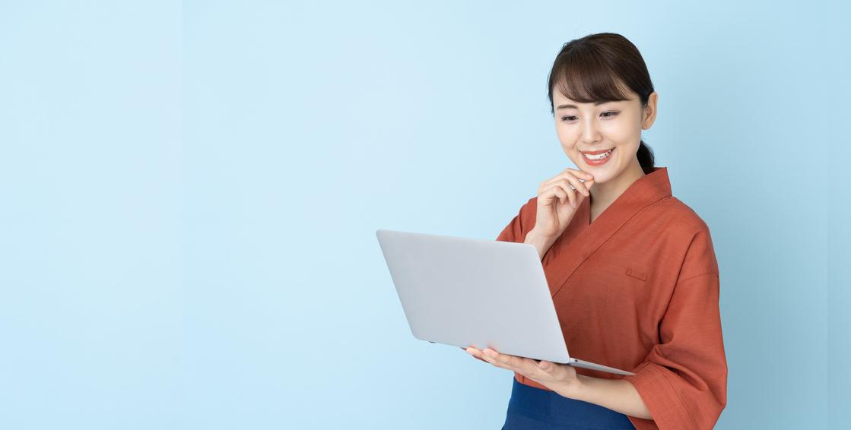 PCを持つ飲食業勤務女性
