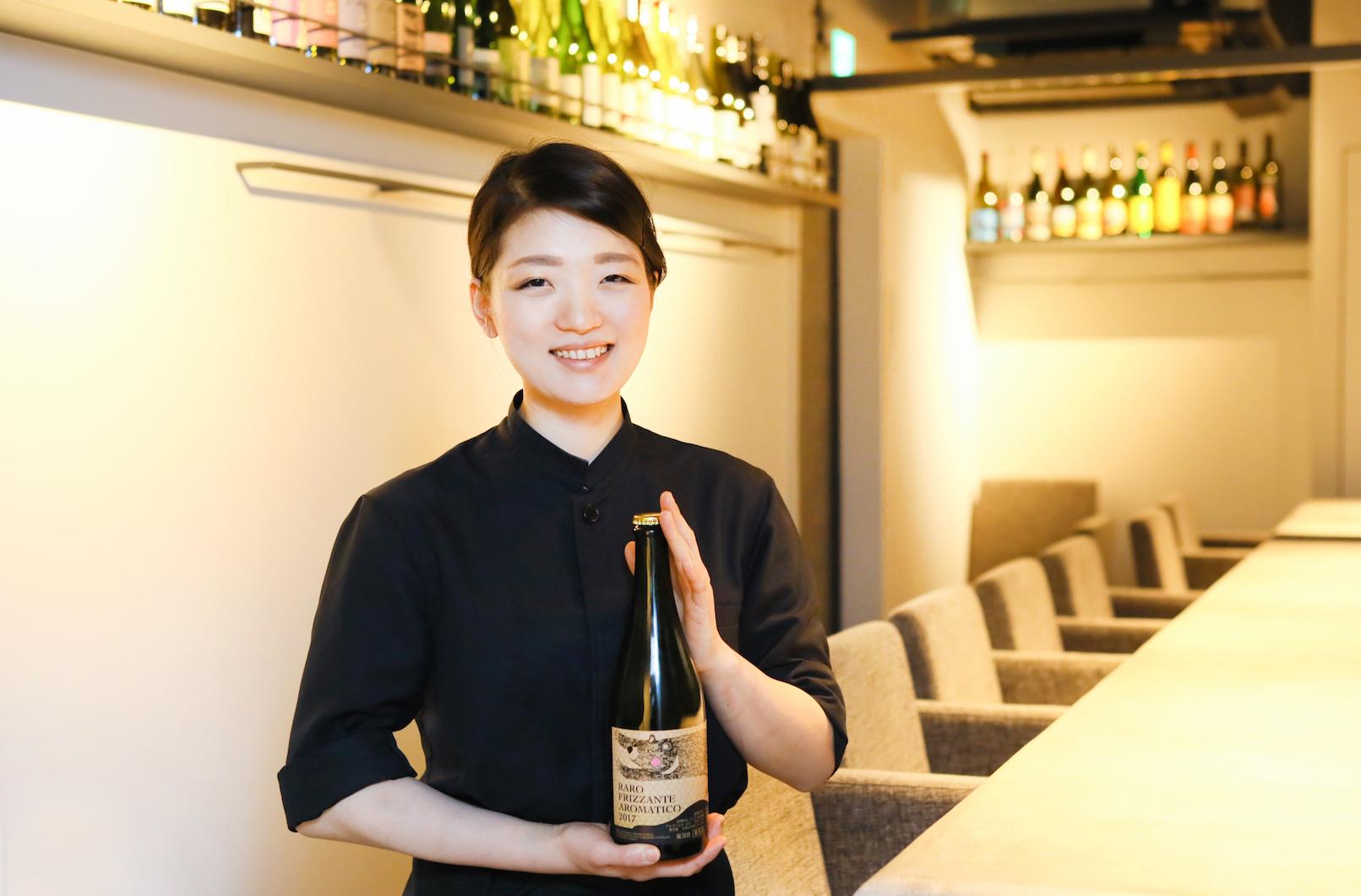 ワインを持って立つ女性