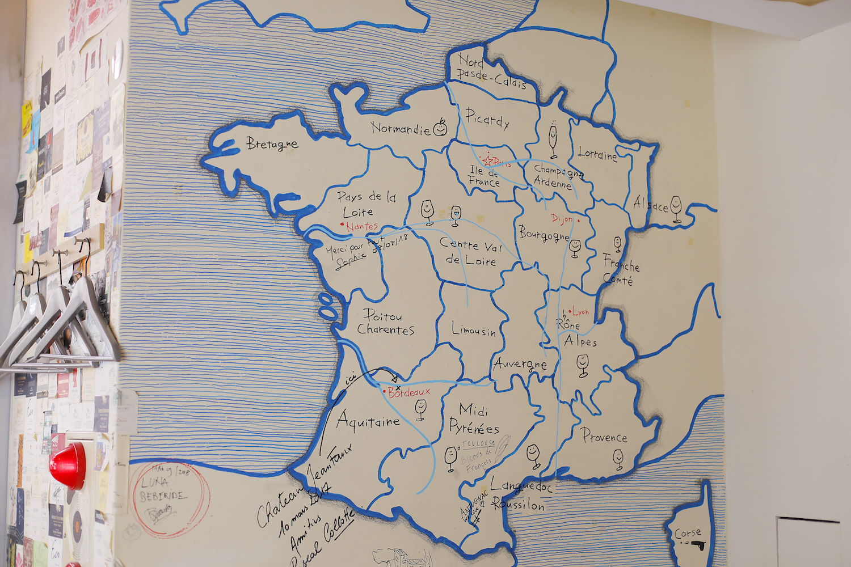 Entraide(アントレイド)店内壁に描かれたフランス地図の写真