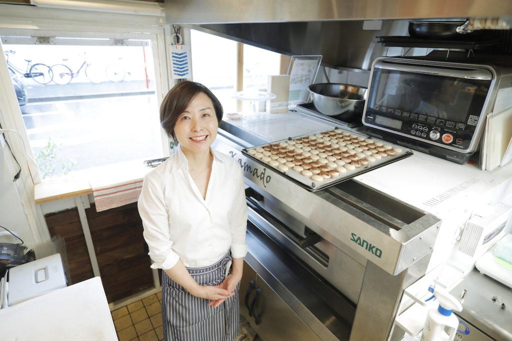 le petit coeur(ル・プチ・クール)の厨房に立つ川村祥子さんの写真