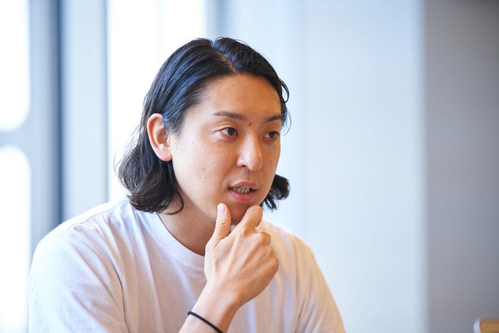 顎に手を置き話するMr. CHEESECAKEの田村浩二氏の写真