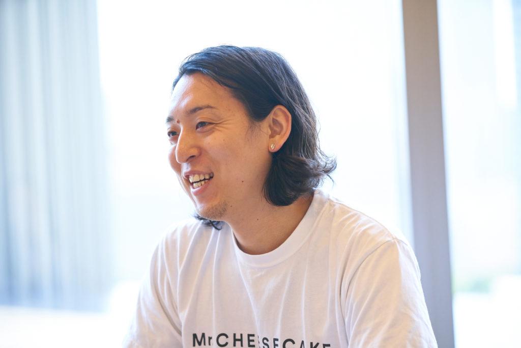 笑うMr. CHEESECAKEの田村浩二氏の写真