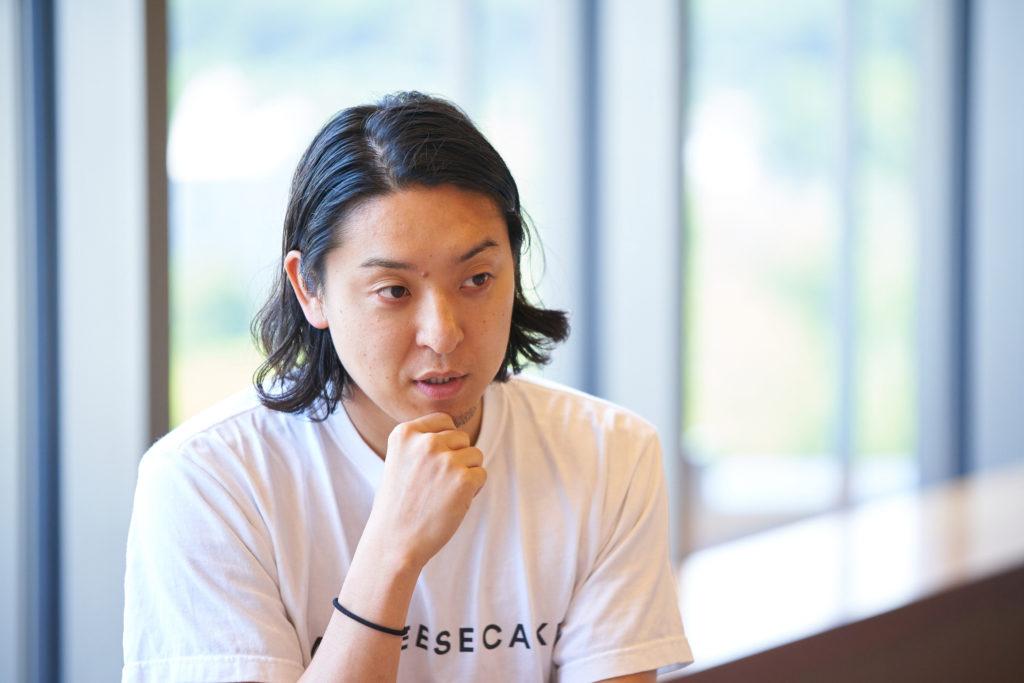 相手を見て話をするMr. CHEESECAKEの田村浩二氏の写真