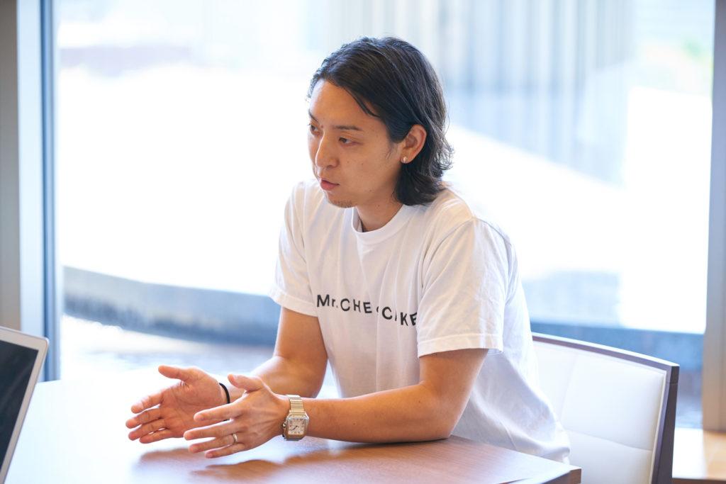 ジェスチャーするMr. CHEESECAKEの田村浩二氏の写真