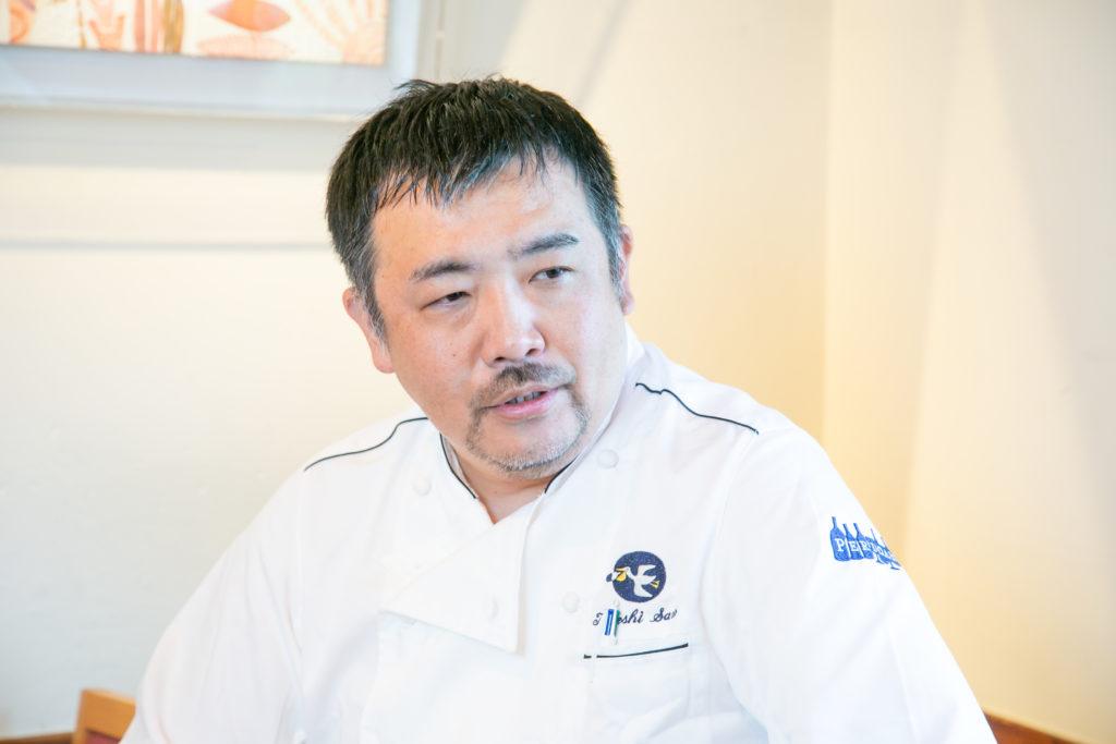 目を伏せながら話をするレストラン「ぺりかん」オーナー佐野健さん