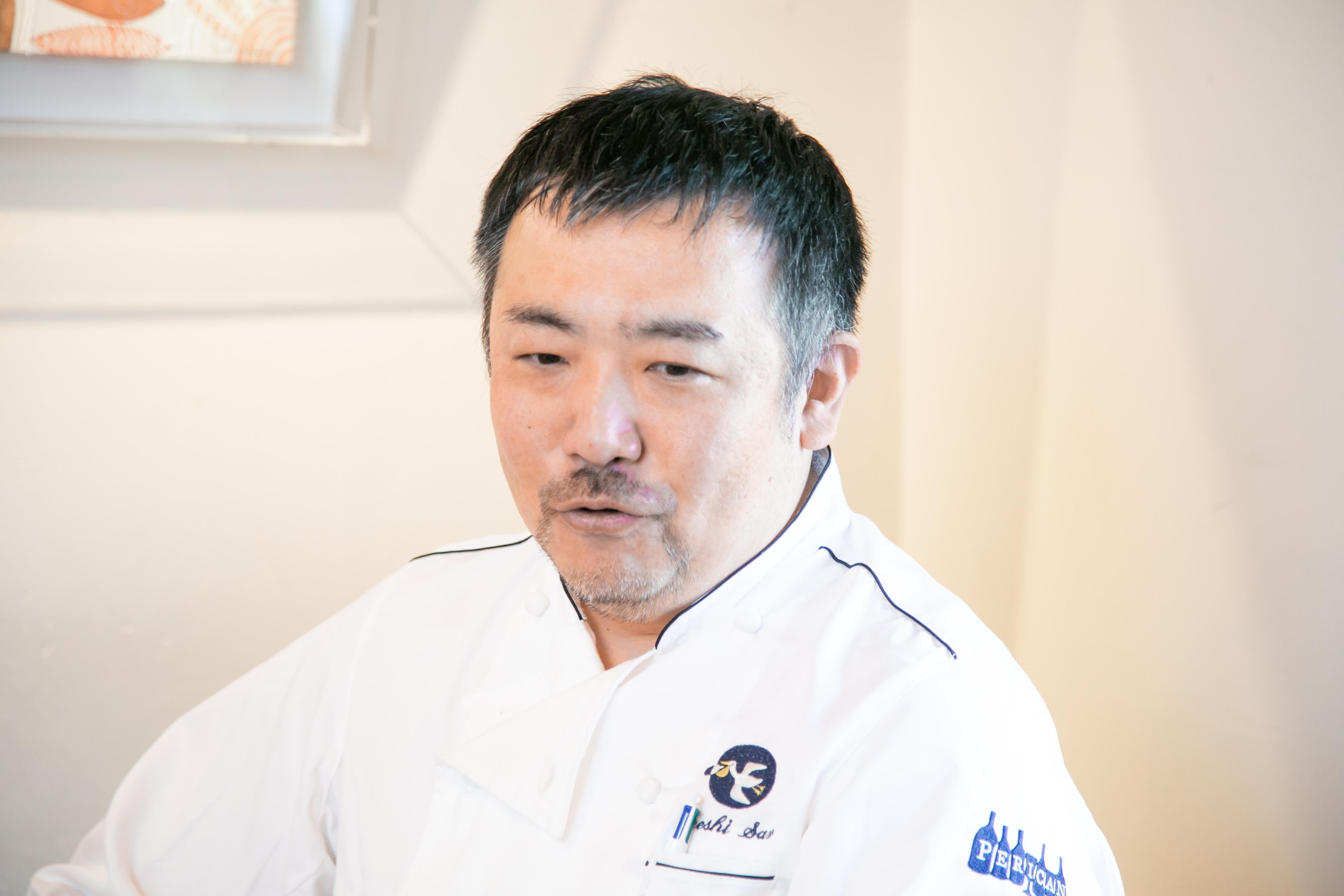 考えながら話をするレストラン「ぺりかん」オーナー佐野健さん