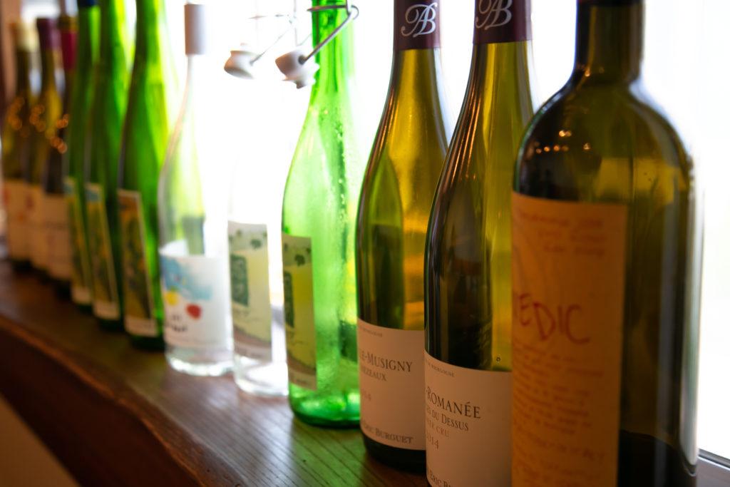 空のワイン瓶が並ぶ写真