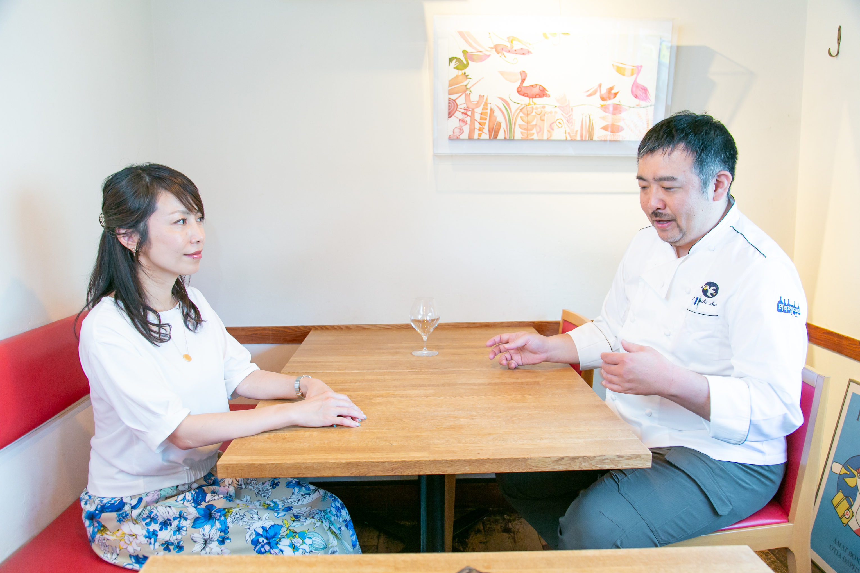 レストラン「ぺりかん」オーナー佐野健さんが話す様子を聞くワインショップ「Wine&Weekend」店主スージーさん
