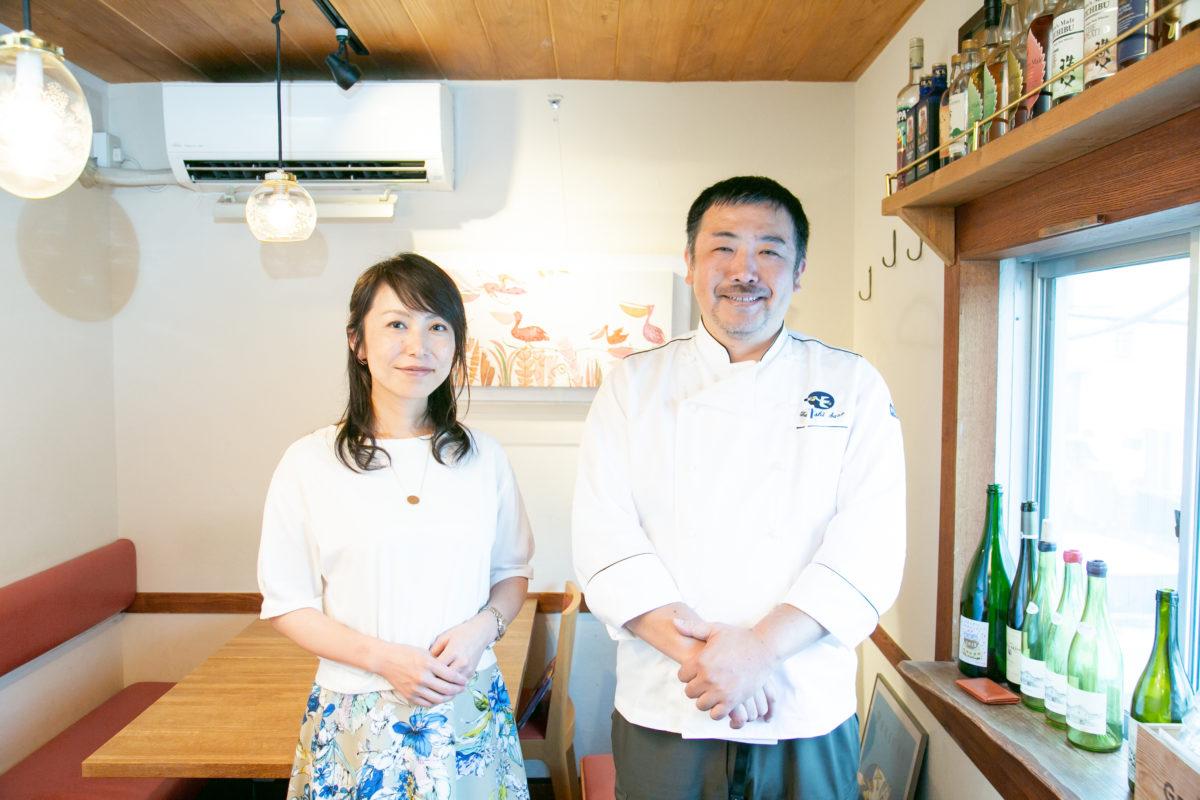 レストラン「ぺりかん」オーナー佐野健さんとワインショップ「Wine&Weekend」店主スージーさんが立って並んでいる写真