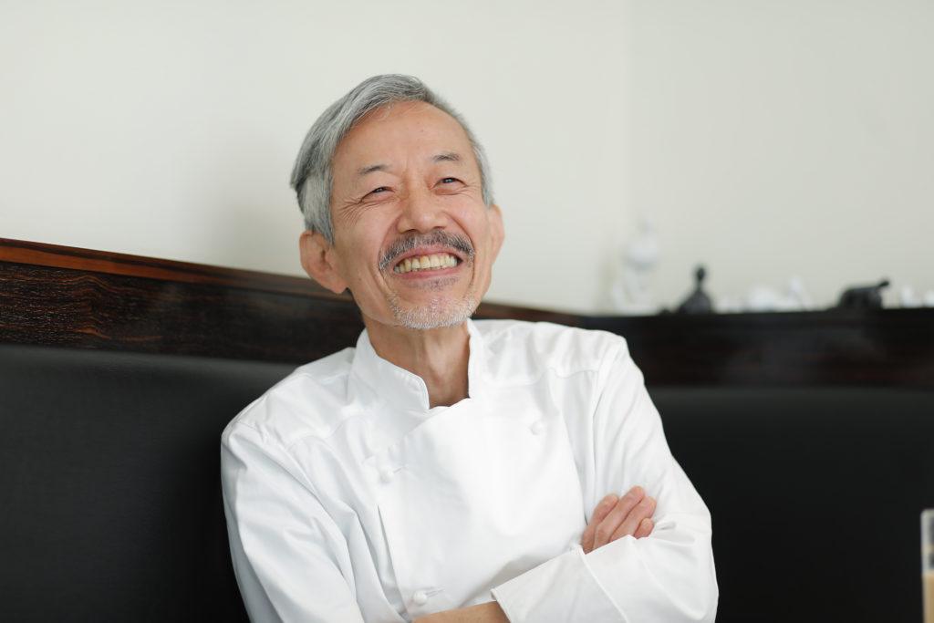 Le Mange-Tout(ル・マンジュ・トゥー)オーナーシェフ谷昇が微笑む写真
