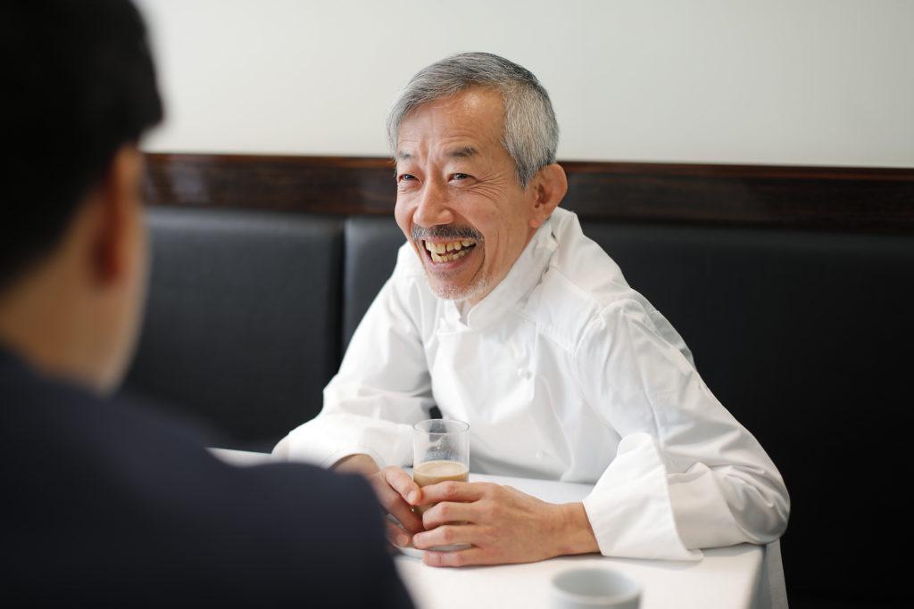 Le Mange-Tout(ル・マンジュ・トゥー)オーナーシェフ谷昇が笑う写真