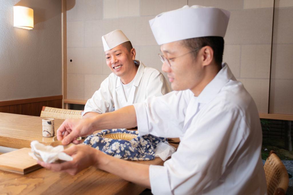 京都【木山】店主木山 義朗が皿を持つ様子と京都【ごだん宮ざわ】店主宮澤 政人さんが微笑む写真